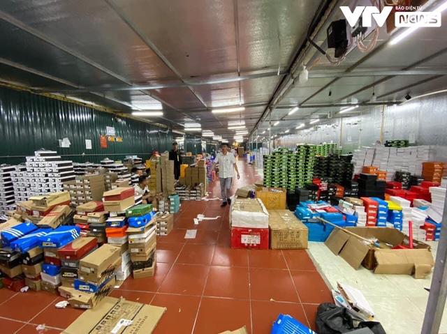 Kho hàng lậu khủng chốt hơn 1.000 đơn mỗi ngày: Anh em QLTT Lào Cai không ngờ nó lớn như thế - Ảnh 1.