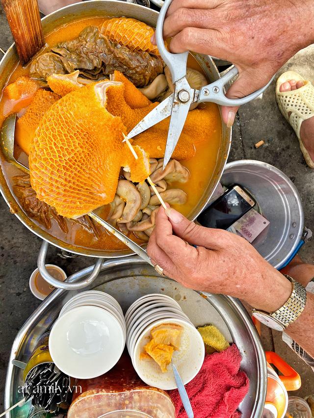 Hàng phá lấu 30 năm nổi tiếng đắt nhất Sài Gòn ở khu chợ Lớn nay đã vượt mốc hơn nửa triệu/kg, vẫn độc quyền mùi vị và khách tứ phương đều tìm tới ăn - Ảnh 6.