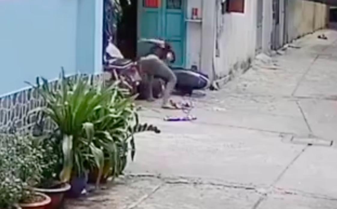 Công an áp dụng biện pháp cai nghiện bắt buộc với thanh niên đánh ngã cha mẹ già dúi dụi ở Sài Gòn