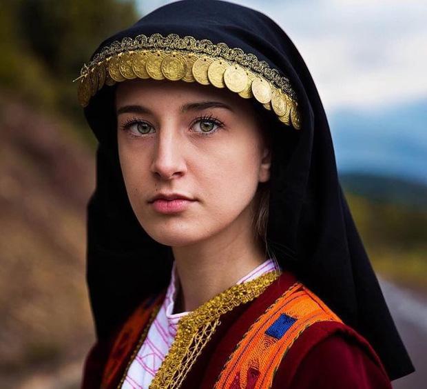 Nhiếp ảnh gia ngao du thế giới ghi lại những hình ảnh đẹp đến nức lòng của phụ nữ khắp năm châu bốn bể - Ảnh 15.