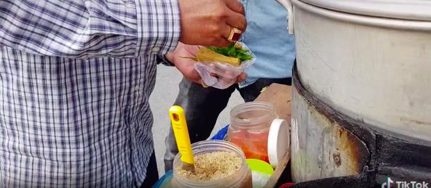 Xem TikTok mới biết nước ta có món đậu hũ hấp độc lạ đến vậy, mỗi miếng bán với giá 5k vẫn bị chê đắt - ảnh 6