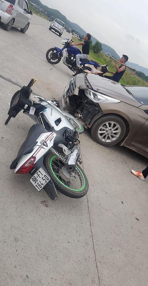 Vừa chuyển bánh sang đường, tài xế đã gặp tai nạn bất ngờ, bức ảnh ở hiện trường khiến tất cả ái ngại - Ảnh 2.