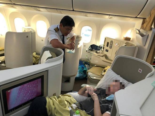 Hình ảnh phi công người Anh về đến sân bay quê hương, sau 115 ngày điều trị ở Việt Nam - Ảnh 2.