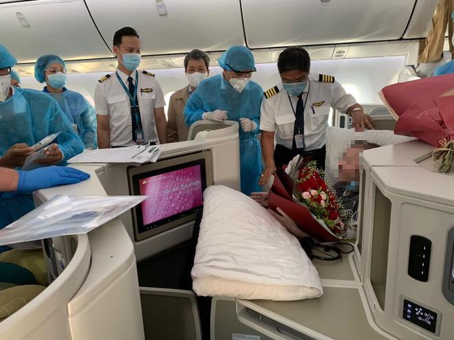 Hình ảnh phi công người Anh về đến sân bay quê hương, sau 115 ngày điều trị ở Việt Nam - Ảnh 4.