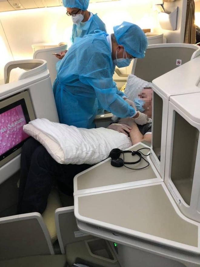 Hình ảnh phi công người Anh về đến sân bay quê hương, sau 115 ngày điều trị ở Việt Nam - Ảnh 6.