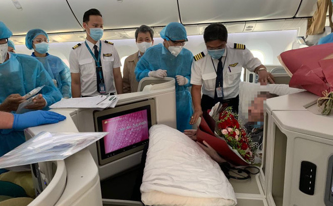 Hình ảnh phi công người Anh về đến sân bay quê hương, sau 115 ngày điều trị ở Việt Nam