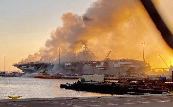 Siêu tàu đổ bộ tấn công Mỹ cháy dữ dội - Rất nguy cấp, mũi đã chúi xuống nước và lệch sang phải - Ảnh 10.