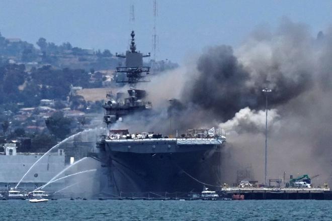 Siêu tàu đổ bộ tấn công Mỹ cháy dữ dội - Rất nguy cấp, mũi đã chúi xuống nước và lệch sang phải - Ảnh 28.