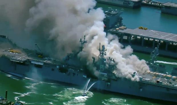 Siêu tàu đổ bộ tấn công Mỹ cháy dữ dội - Rất nguy cấp, mũi đã chúi xuống nước và lệch sang phải - Ảnh 26.