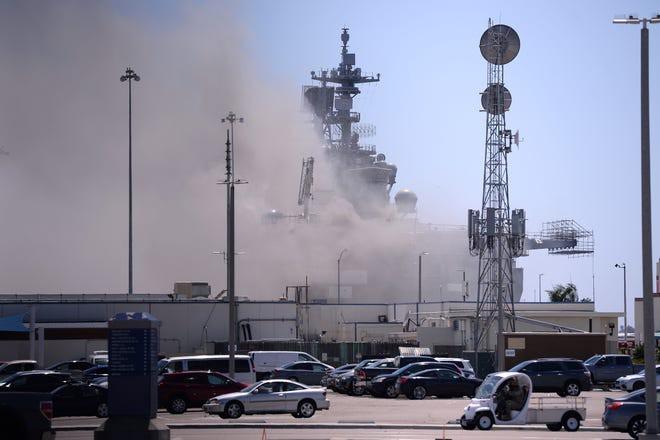 Siêu tàu đổ bộ tấn công Mỹ cháy dữ dội - Rất nguy cấp, mũi đã chúi xuống nước và lệch sang phải - Ảnh 18.