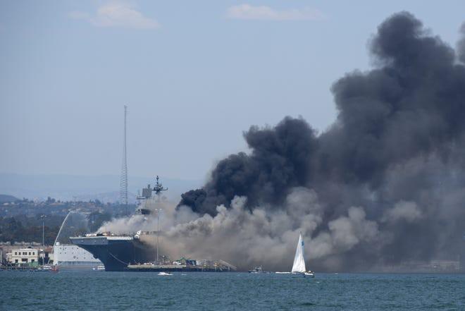 Siêu tàu đổ bộ tấn công Mỹ cháy dữ dội - Rất nguy cấp, mũi đã chúi xuống nước và lệch sang phải - Ảnh 19.