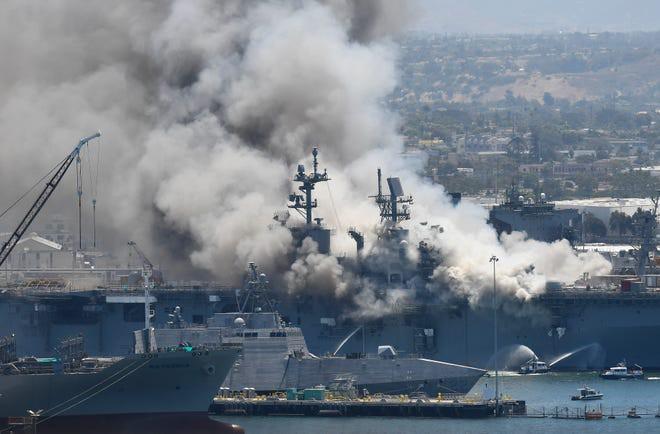 Siêu tàu đổ bộ tấn công Mỹ cháy dữ dội - Rất nguy cấp, mũi đã chúi xuống nước và lệch sang phải - Ảnh 21.