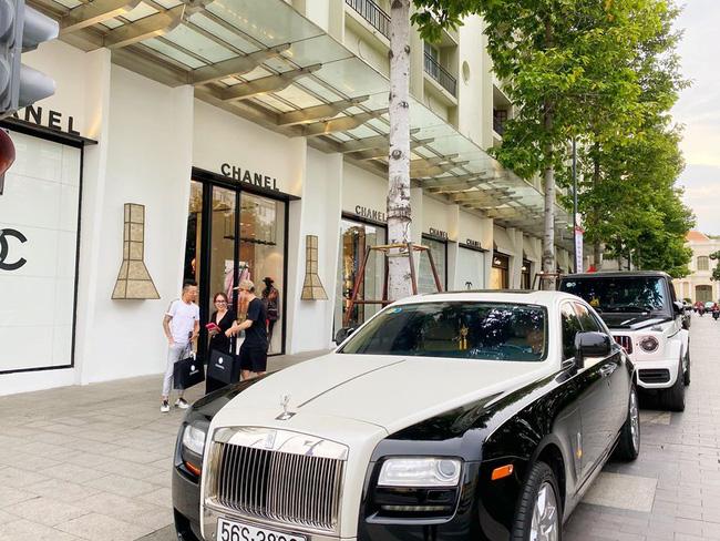 Đại gia Minh Nhựa cùng con gái lái 2 chiếc siêu xe trị giá hàng chục tỷ đồng, chạy thẳng tới cửa hàng Chanel quận 1 mua quà tặng cho con gái của vợ cả - Ảnh 1.