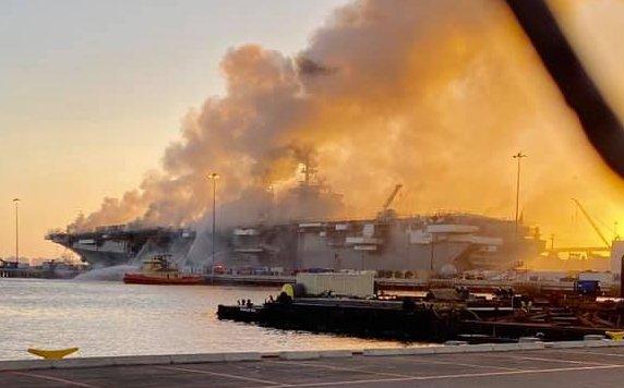 Siêu tàu đổ bộ tấn công Mỹ cháy dữ dội - Rất nguy cấp, mũi đã chúi xuống nước và lệch sang phải - Ảnh 5.