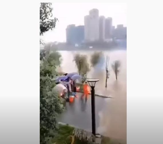 Video: Đại sư Trung Quốc múa may vận công để... ngăn dòng nước lũ dâng đến - ảnh 1