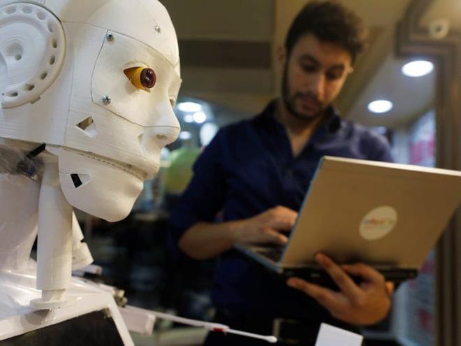 Con robot đầy ám ảnh này đang hỗ trợ các xét nghiệm coronavirus ở Ai Cập - Ảnh 1.
