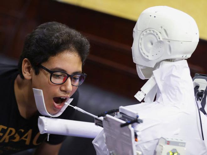 Con robot đầy ám ảnh này đang hỗ trợ các xét nghiệm coronavirus ở Ai Cập - Ảnh 2.