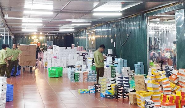 Trần Thành Phú - chủ kho hàng lậu khủng 40 nhân viên chốt đơn vẫn  chưa có mặt để làm việc với cơ quan chức năng - Ảnh 1.