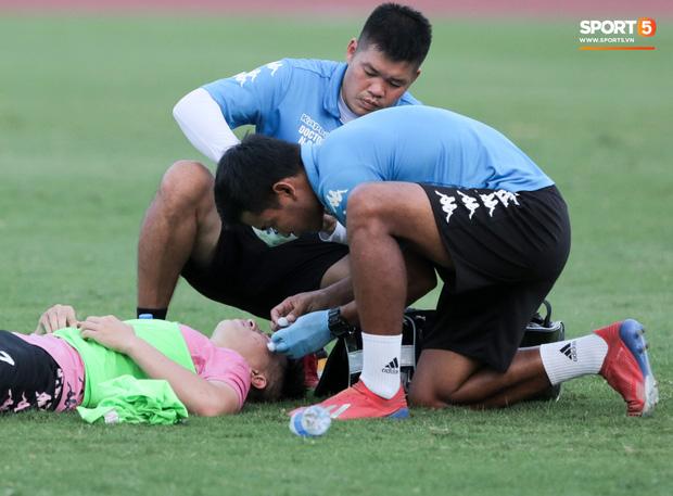 Hai đồng đội của Quang Hải va chạm đổ máu, Hà Nội FC phải kết thúc sớm buổi tập - Ảnh 1.