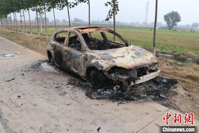 Phát hiện chiếc xe bị thiêu rụi trên đường, người dân tưởng vụ tự tử liền báo cảnh sát nhưng hóa ra đằng sau lại là âm mưu giết người - Ảnh 1.