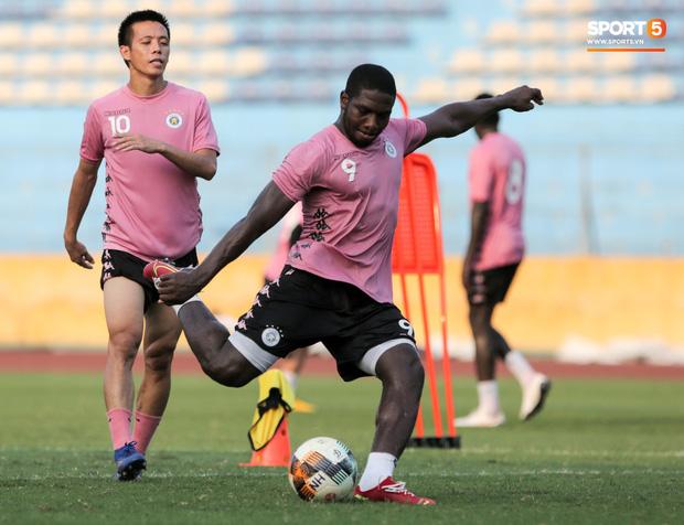 Hai đồng đội của Quang Hải va chạm đổ máu, Hà Nội FC phải kết thúc sớm buổi tập - Ảnh 4.