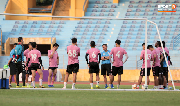 Hai đồng đội của Quang Hải va chạm đổ máu, Hà Nội FC phải kết thúc sớm buổi tập - Ảnh 5.