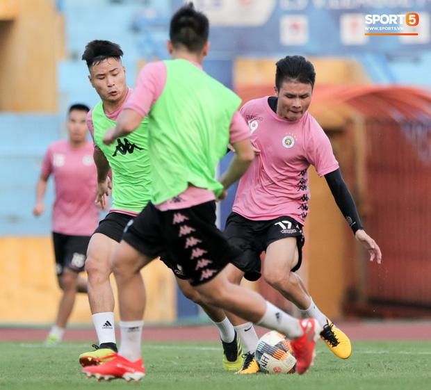Hai đồng đội của Quang Hải va chạm đổ máu, Hà Nội FC phải kết thúc sớm buổi tập - Ảnh 6.