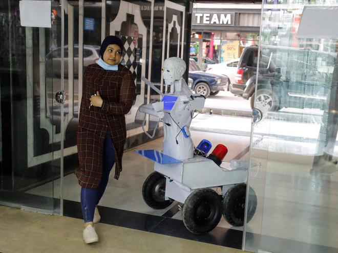 Con robot đầy ám ảnh này đang hỗ trợ các xét nghiệm coronavirus ở Ai Cập - Ảnh 7.