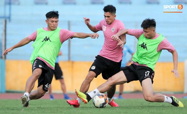 Hai đồng đội của Quang Hải va chạm đổ máu, Hà Nội FC phải kết thúc sớm buổi tập - Ảnh 7.