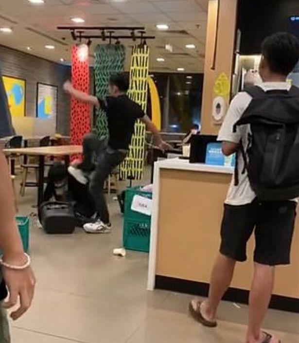 Nhắc khách đeo khẩu trang, quản lý nhà hàng bị đánh túi bụi, đá bay xuống gầm bàn - Ảnh 3.