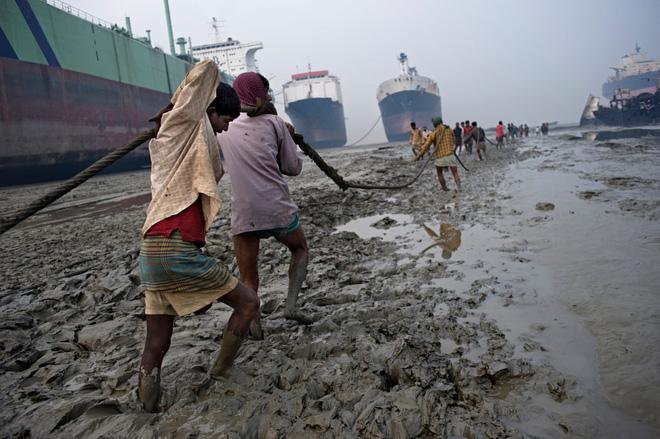 Địa ngục trong nghĩa địa tàu thuyền: Góc khuất kinh hoàng ở thành phố Nam Á phát triển thần tốc nhất thế giới - Ảnh 3.