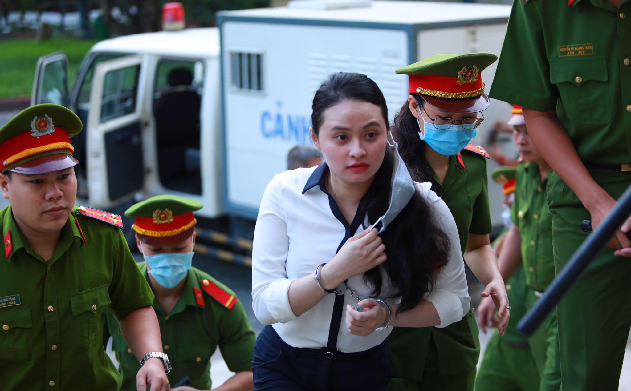 Hot girl Ngọc Miu trang điểm nhẹ, tươi tắn hầu toà lần 2, trùm ma túy Văn Kính Dương vui vẻ trò chuyện với đồng phạm