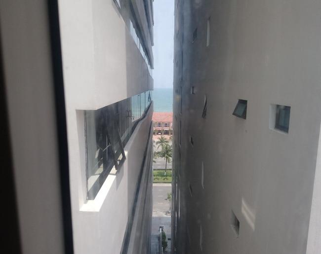 Pha mua phòng khách sạn đi vào lòng người: Đặt căn view biển giá hợp lý nhưng gặp ngay cô bán tour tiết kiệm cho ngắm đại dương theo kiểu lọt qua khe - Ảnh 1.