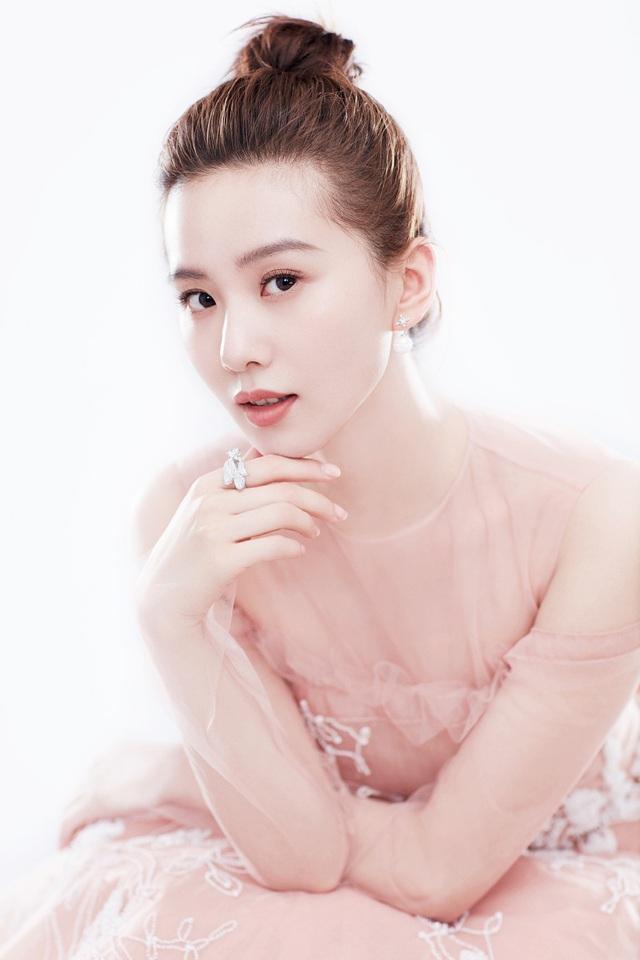 Soi ảnh thẻ thời mới chân ướt chân ráo vào nghề của loạt mỹ nhân Hoa ngữ: Chương Tử Di vẫn vậy, Triệu Lệ Dĩnh lại như cô thôn nữ - Ảnh 22.