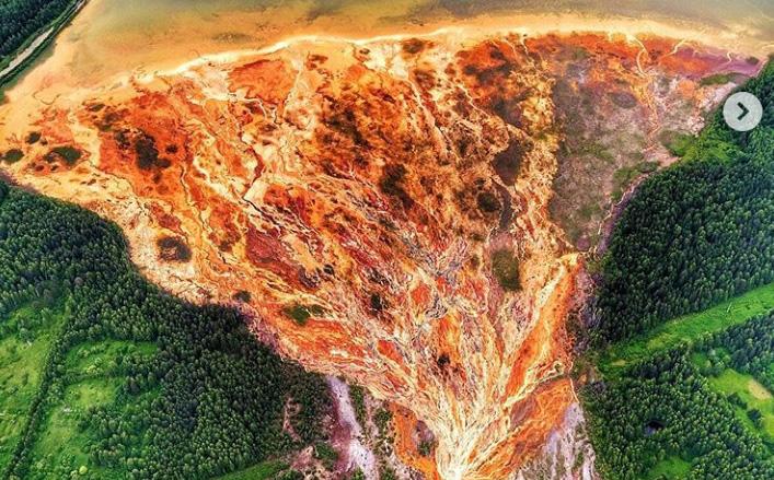 Kỳ bí 'dòng nước lũ' màu da cam chảy cuồn cuộn ở Nga