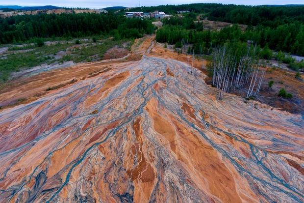 Nhiếp ảnh gia người Nga chụp lại bức ảnh rất đẹp nhưng đau lòng: Dòng sông hóa da cam vì hóa chất - Ảnh 1.