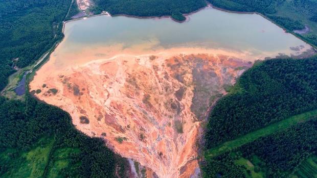 Nhiếp ảnh gia người Nga chụp lại bức ảnh rất đẹp nhưng đau lòng: Dòng sông hóa da cam vì hóa chất - Ảnh 2.