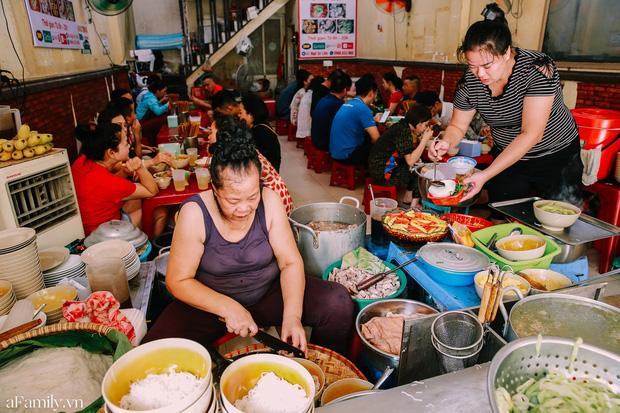 """3 hàng """"bún chửi"""" đình đám nhất Việt Nam: Lúc nào cũng đông nghẹt khách tìm đến vì tò mò, đồ ăn thuộc dạng ngon nức tiếng - Ảnh 1."""