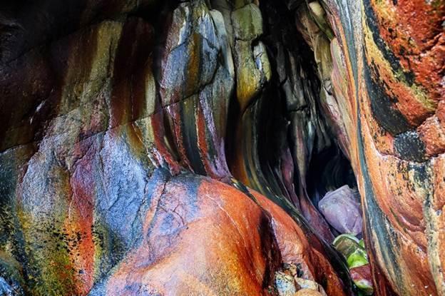 Bí ẩn hang động màu cầu vồng bị lãng quên ở Mỹ có khả năng chữa bách bệnh - Ảnh 1.