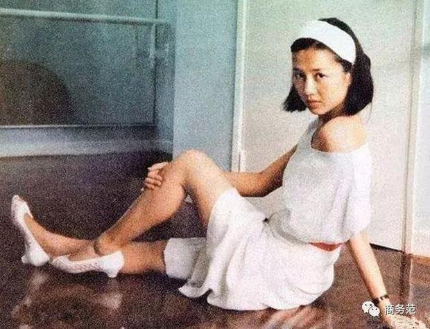 Hành trình đổi đời của vợ Tư Vua sòng bài Macau: Nữ vũ công nghèo khiến Hà Hồng Sân u mê, một bước trở thành phu nhân vạn người kính trọng - Ảnh 2.