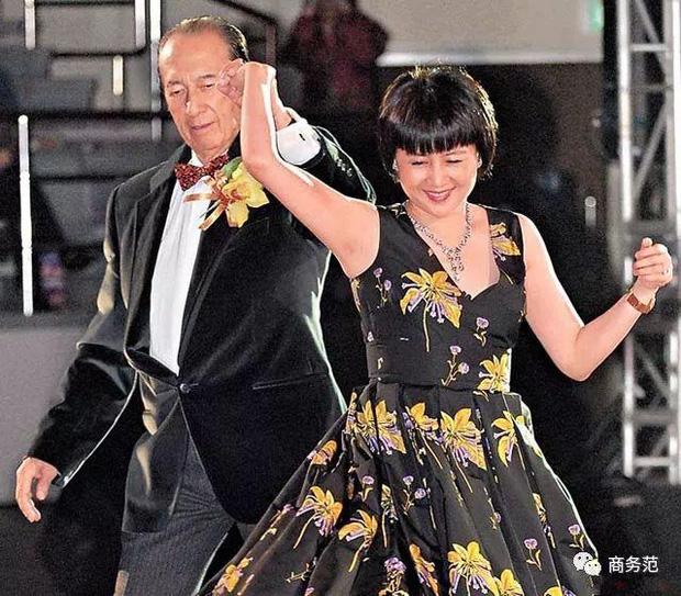 Hành trình đổi đời của vợ Tư Vua sòng bài Macau: Nữ vũ công nghèo khiến Hà Hồng Sân u mê, một bước trở thành phu nhân vạn người kính trọng - Ảnh 3.