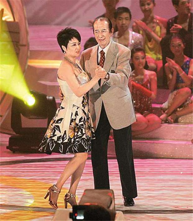 Hành trình đổi đời của vợ Tư Vua sòng bài Macau: Nữ vũ công nghèo khiến Hà Hồng Sân u mê, một bước trở thành phu nhân vạn người kính trọng - Ảnh 4.