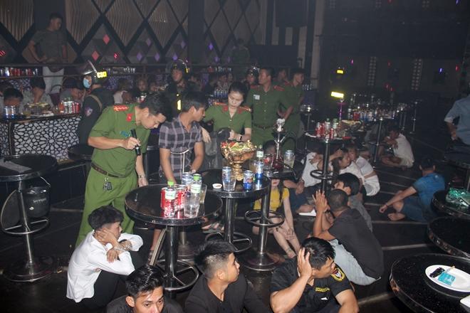 Gần 100 thanh niên chơi ma túy trong quán Bar Romance - Ảnh 1.