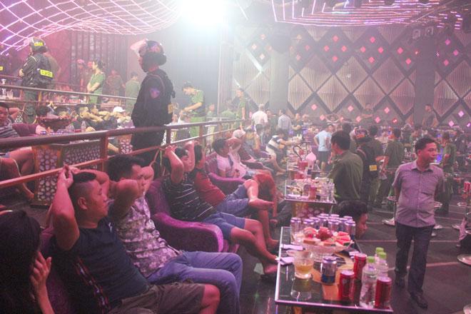Gần 100 thanh niên chơi ma túy trong quán Bar Romance - Ảnh 2.