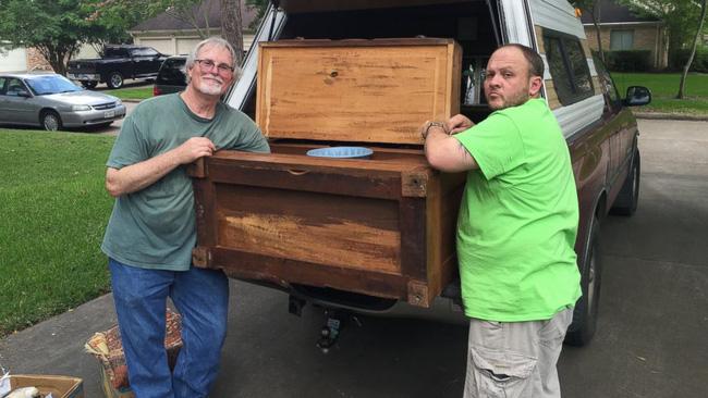Hí hửng mua được chiếc tủ chỉ với hơn 2 triệu đồng, người đàn ông chưa kịp về nhà đã khám phá ra gia tài trong ngăn kéo bí mật - Ảnh 2.