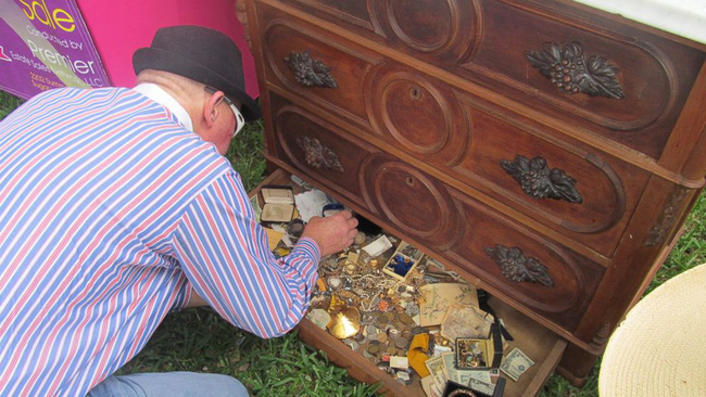 Hí hửng mua được chiếc tủ chỉ với hơn 2 triệu đồng, người đàn ông chưa kịp về nhà đã khám phá ra gia tài trong ngăn kéo bí mật - Ảnh 3.