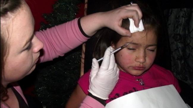Hành trình giữ gìn nhan sắc đầy đau đớn của bé gái 8 tuổi với người mẹ ôm mộng muốn con làm siêu sao - Ảnh 4.