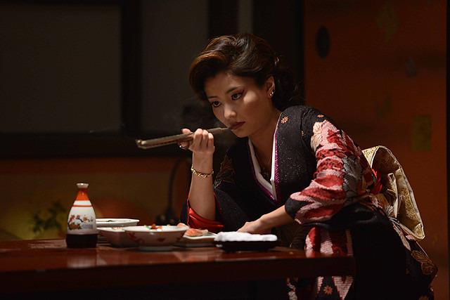 Những phụ nữ được gả vào thế giới ngầm ở Nhật Bản: Hình ảnh người vợ đức hạnh sau cửa kính chống đạn và cuộc sống bế tắc cùng cực - Ảnh 3.
