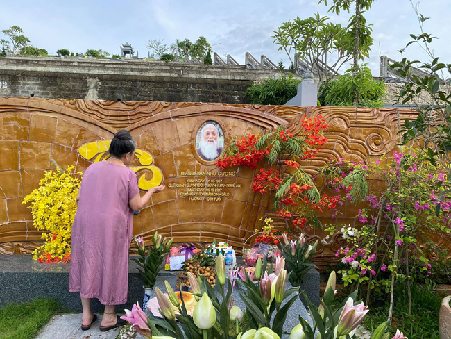 83 năm ngày sinh cố nhà giáo Văn Như Cương, Tô Sa - cháu ngoại thầy Cương chia sẻ khoảnh khắc xúc động của bà ngoại cạnh mộ thầy - ảnh 4