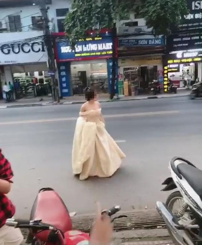 Cô gái trẻ hớt hải xách váy chạy bộ cả kilomet, hỏi thăm đến lễ cưới người yêu cũ chỉ để được nhìn anh mỉm cười lên xe hoa - Ảnh 1.